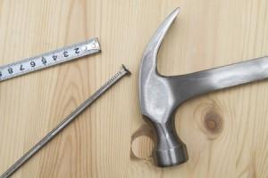 כלים לקיבוע מרבדי הדשא - פטיש ומסמרים גדולים