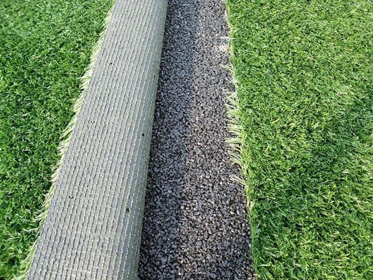 פריסת שני מרבדי דשא סינטטיים